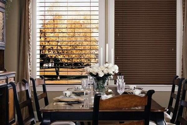 коричневые шторы-жалюзи в интерьере гостиной