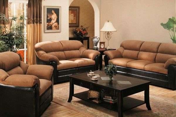 коричневые шторы в интерьере гостиной с диванной группой