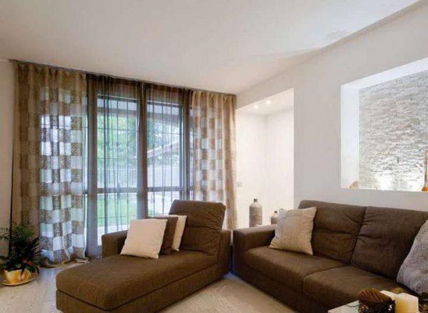 коричневые полупрозрачные шторы в интерьере гостиной