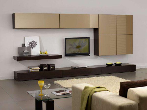 корпусная мебель с навесными шкафами бежевого цвета в интерьере гостиной