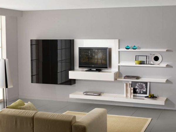 белая корпусная мебель с открытыми полками в интерьере гостиной