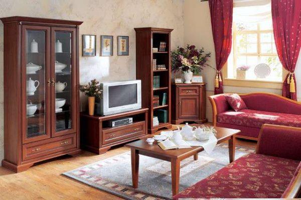 корпусная мебель с деревянными фасадами в интерьере гостиной