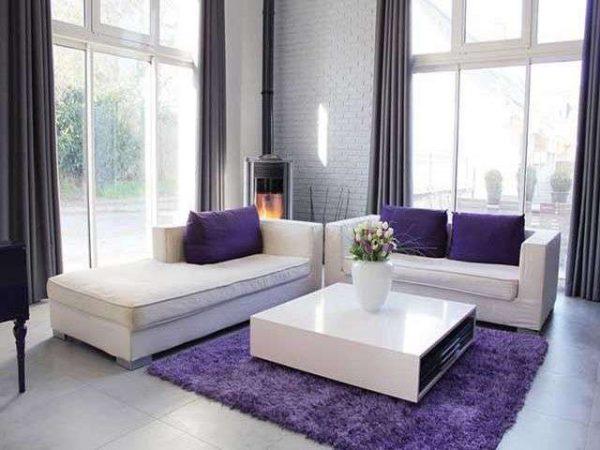 маленький фиолетовый ковёр в интерьере гостиной