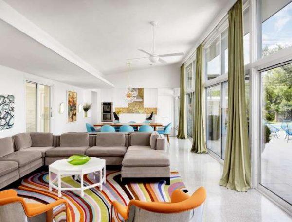 ковёр в интерьере гостиной со стильными разводами