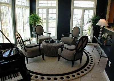 ковёр чёрно-белый в интерьере гостиной
