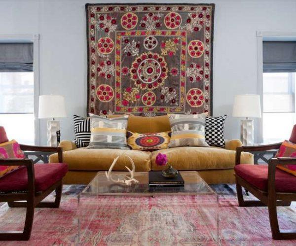 ковры на стене и на полу в интерьере гостиной