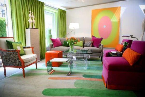 ковёр на полу гостиной в ярких тонах