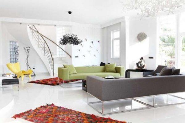 яркие коврики в интерьере гостиной