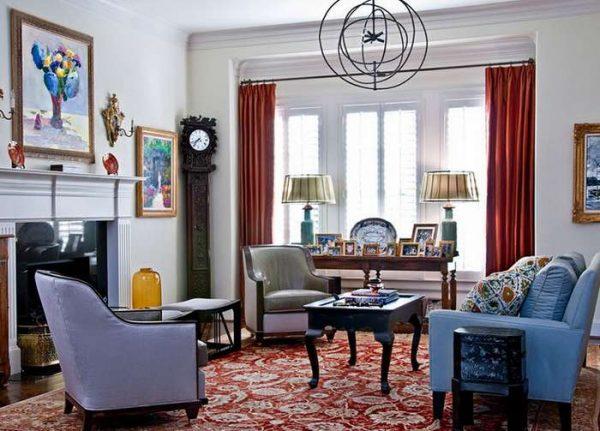 красные шторы в интерьере гостиной с голубой мебелью