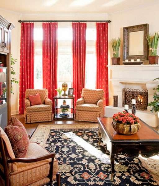 красные шторы в интерьере гостиной с бежевыми креслами