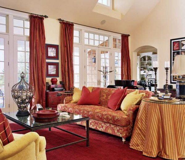 красные шторы в интерьере красной гостиной