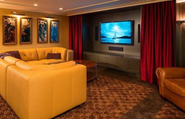красные шторы в качестве ширмы для телевизора