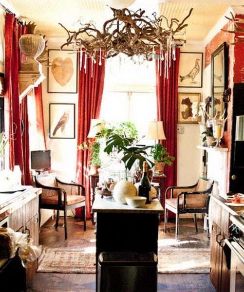красные шторы в интерьере гостиной в деревенском стиле