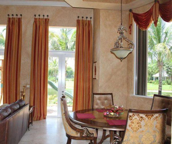 красные шторы в интерьере гостиной с бежевыми стенами