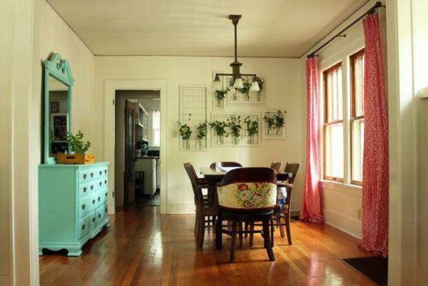красные шторы в интерьере гостиной с бирюзовым трюмо