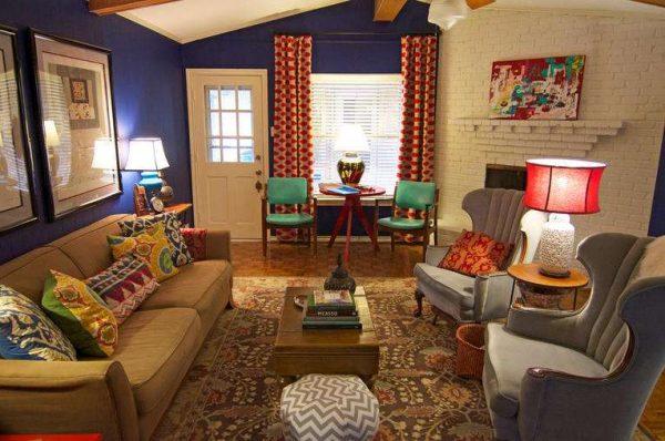 красные шторы в интерьере гостиной с фиолетовыми стенами
