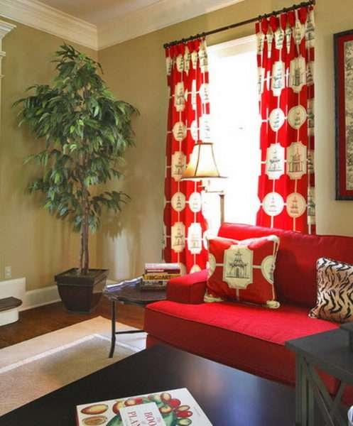 красные шторы в интерьере гостиной в бежевых тонах