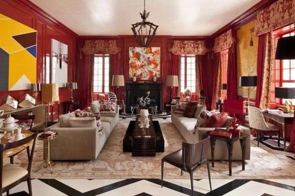 красные шторы в интерьере гостиной с красными стенами