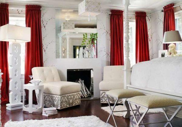 красные шторы в интерьере белой гостиной