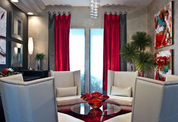 красные шторы в интерьере чёрно-белой гостиной