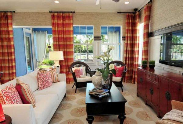 красно-жёлтые шторы в интерьере гостиной