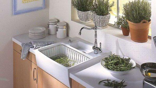 керамическая мойка в интерьере кухни гостиной 15 кв. м