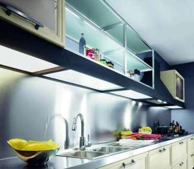 прозрачные навесные шкафы на кухне