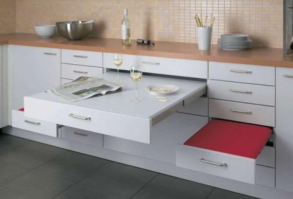 выдвижной столик со стульями в кухонном гарнитуре