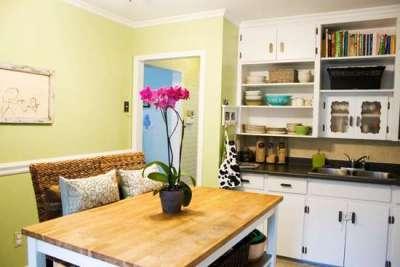 обеденная зона в интерьере небольшой кухни гостиной