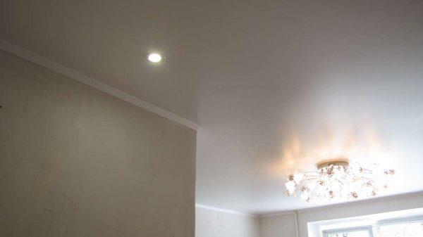 белый потолок в кухне-гостиной
