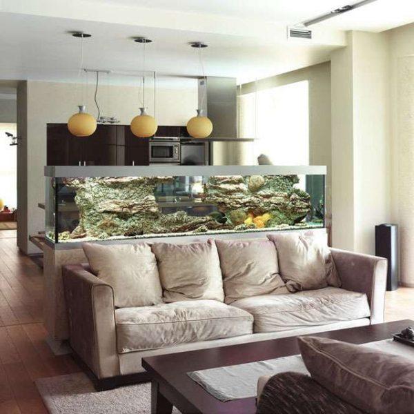 интерьер кухни гостиной с квариумом