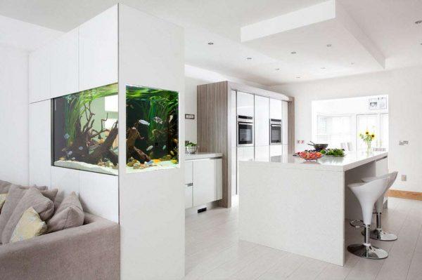 интерьер кухни гостиной с аквариумом
