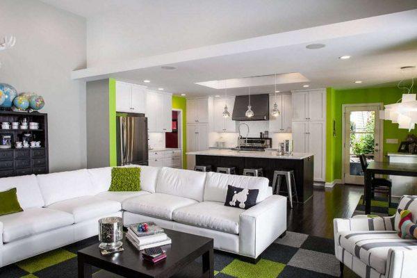 интерьер кухни гостиной с угловым белым диваном