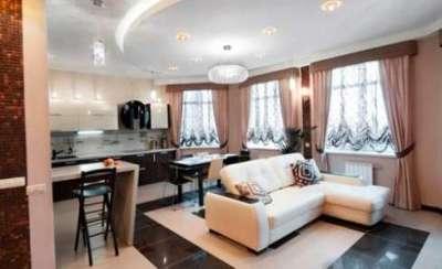 персиковый угловой диван в интерьере кухни гостиной 30 кв. метров