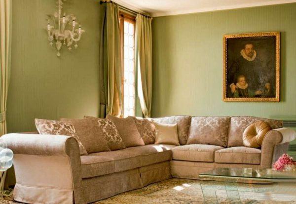 угловой диван в гостиной в классическом стиле