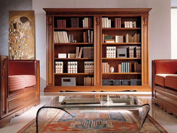 книжный шкаф в гостиной в классическом стиле