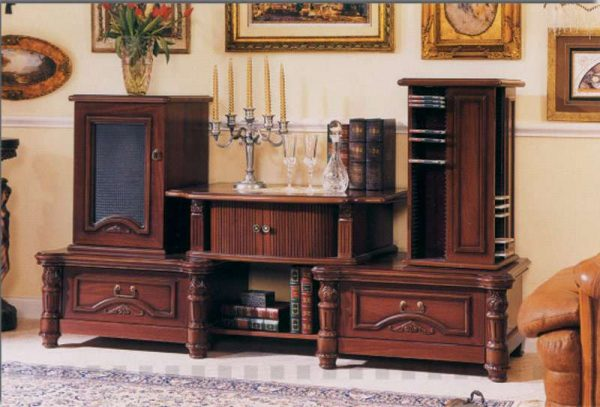 горка в гостиной в классическом стиле