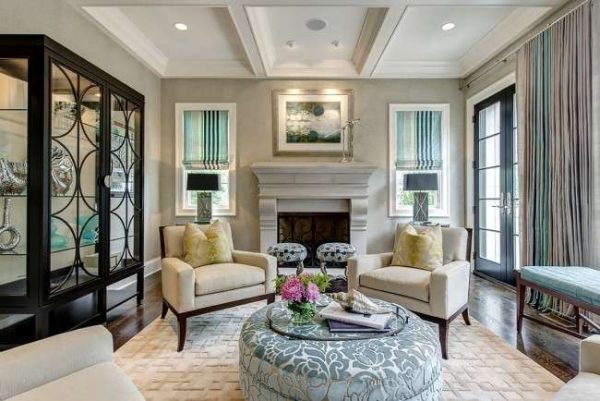 кресла у камина в гостиной в классическом стиле