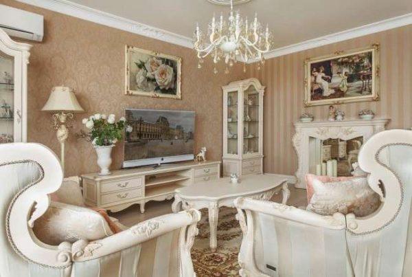 симметрическая расстановка кресел в гостиной в классическом стиле