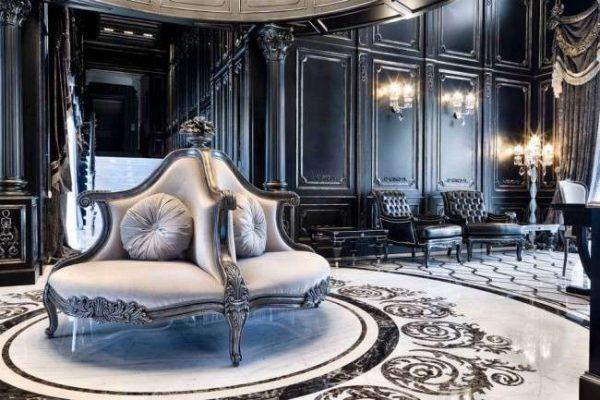 роскошное кресло в гостиной в классическом стиле