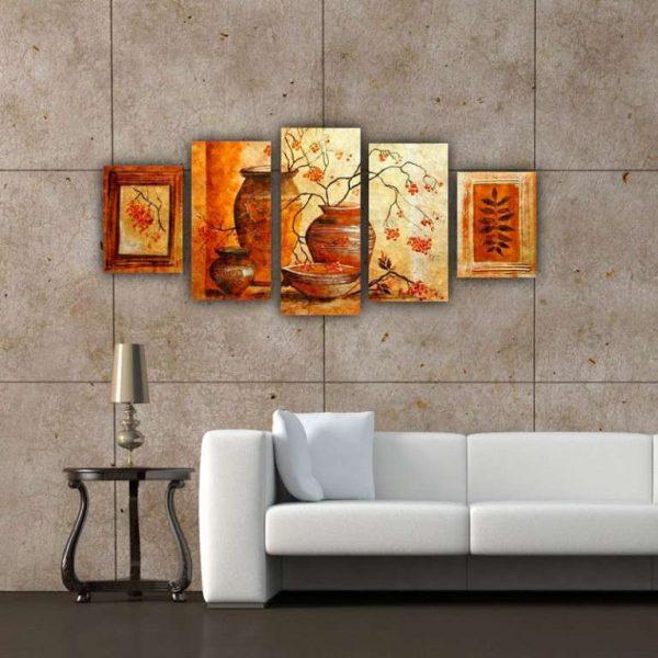 модульная картина с изображением рябины в интерьере гостиной с белым диваном