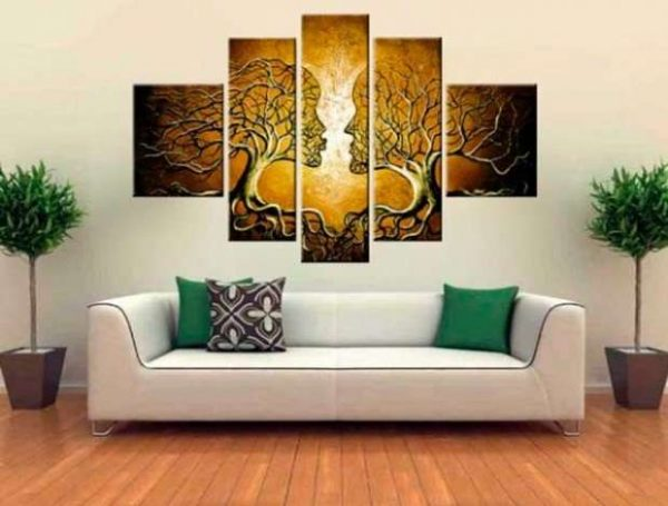 модульная картина над диваном по центру стены в интерьере гостиной