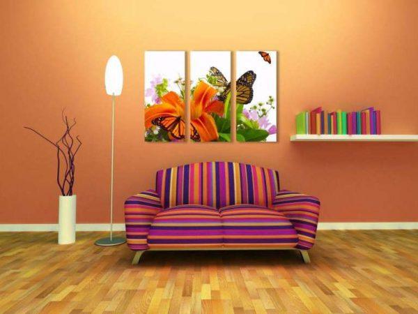 яркая модульная картина с цветами в интерьере гостиной над диваном