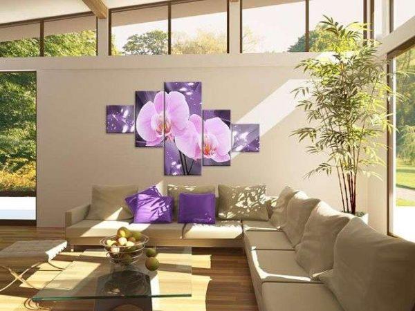фиолетовая модульная картина с цветами в интерьере гостиной над диваном