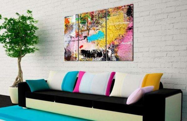 модульная картина с ярким пейзажем в интерьере гостиной над диваном
