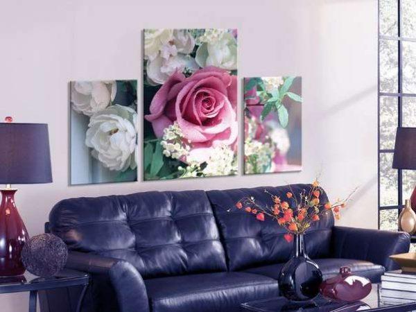 модульная картина с розами в интерьере гостиной над диваном