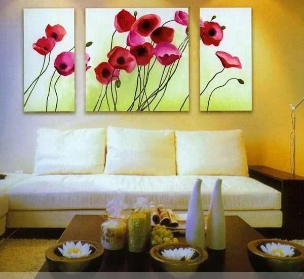 модульные картины с яркими цветами в интерьере гостиной