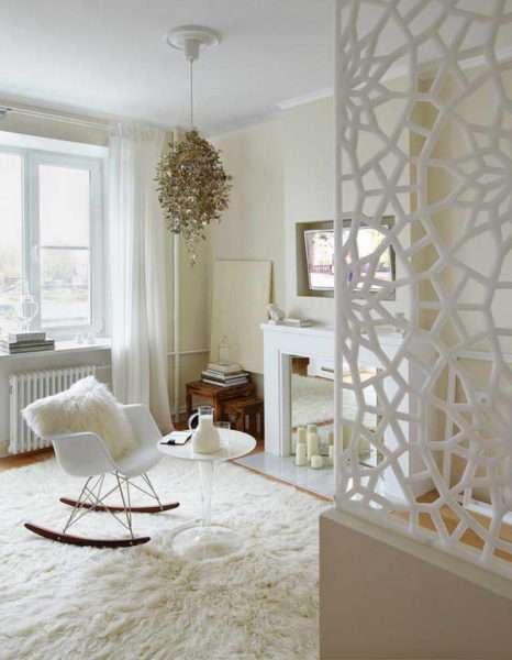 обои для гостиной с белой мебелью и перегородкой