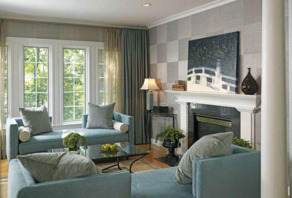 обои в интерьере гостиной с голубой мебелью
