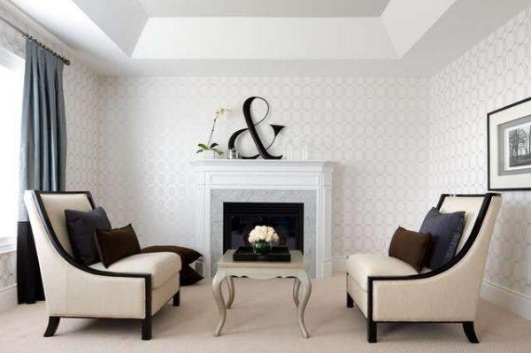 светлые обои с орнаментом в интерьере гостиной